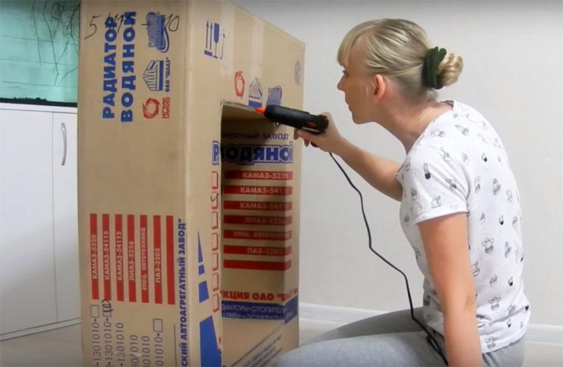 Елена разрезала картон и соединила части в нужном направлении с помощью термоклея