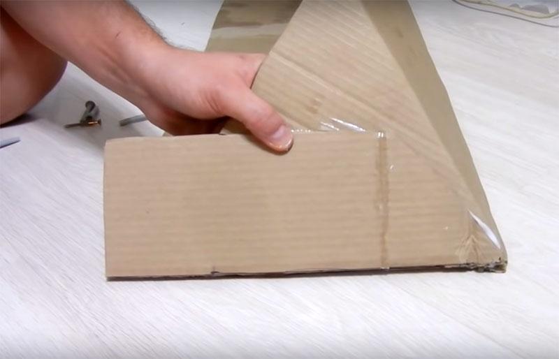 Верхняя часть камина, по задумке автора, имеет широкую столешницу со скошенными краями. Её нужно дополнительно укрепить, поэтому здесь два склеенных между собой слоя картона
