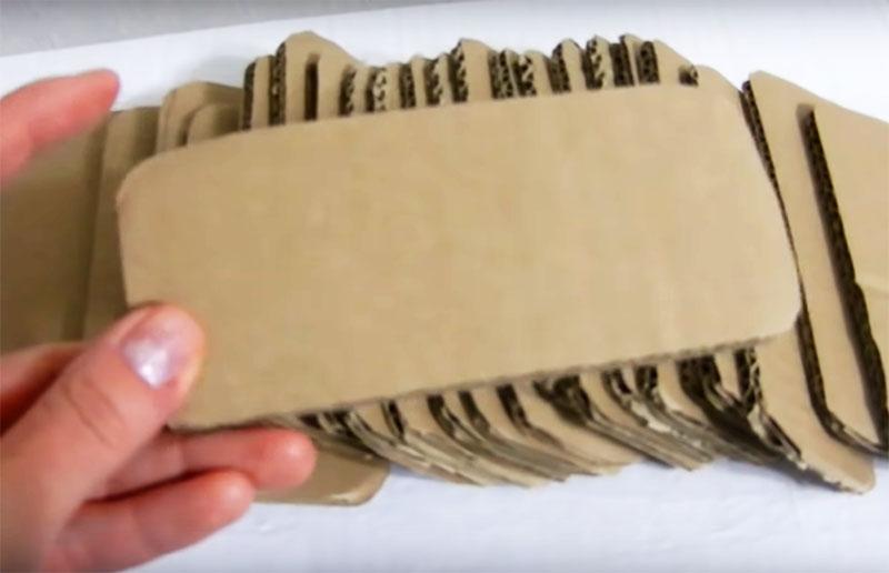 Для дальнейшего декорирования вам нужно подготовить вот такие детали из того же толстого тарного картона. Это кирпичи шириной примерно 7-8 см и длиной 15-17 см