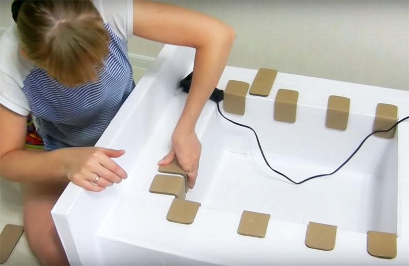 Кирпичи приклеиваются к корпусу с помощью термоклея. На угловых местах вы можете их сгибать, как это делает автор
