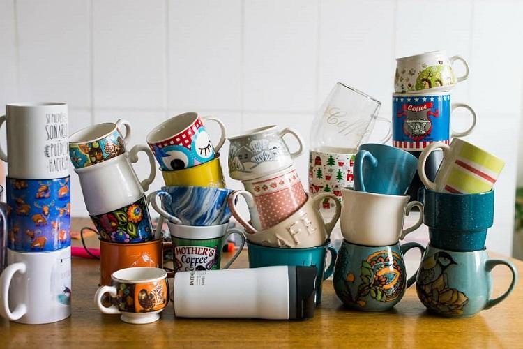 Такие разноплановые чашки выглядят словно остатки от разбившейся коллекции