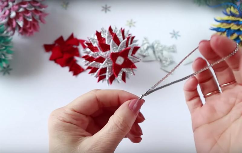 Сделайте петельку из тонкой ленты или сутажа, завяжите её узелком на кончике