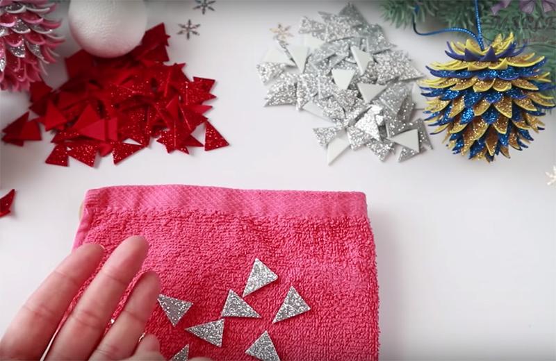 Выложите готовые треугольники глиттером вверх на мягком полотенце