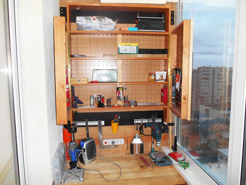 Если вы не можете выделить под мастерскую отдельную комнату, то хотя бы используйте лоджию. Если правильно рассчитать размеры и компактно организовать полки для инструментов, можно работать и здесь