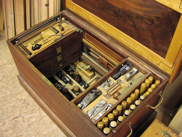 До недавнего времени мастера делали ящики для инструментов своими руками из дерева, сейчас эти изделия практически являются предметами искусства