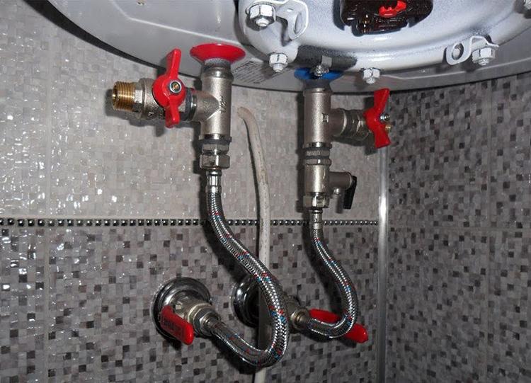 Отдавайте предпочтение подключению кранов сразу к горячей и холодной воде – такое решение окупится уже через полгода