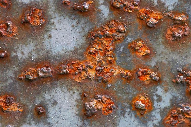 Но при этом техническая соль часто способствует ускоренной коррозии кровельного материала