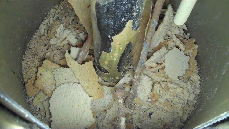 Помимо слива воды, рекомендуется хотя бы раз в несколько лет очищать «нутро» агрегата от вышеупомянутой накипи