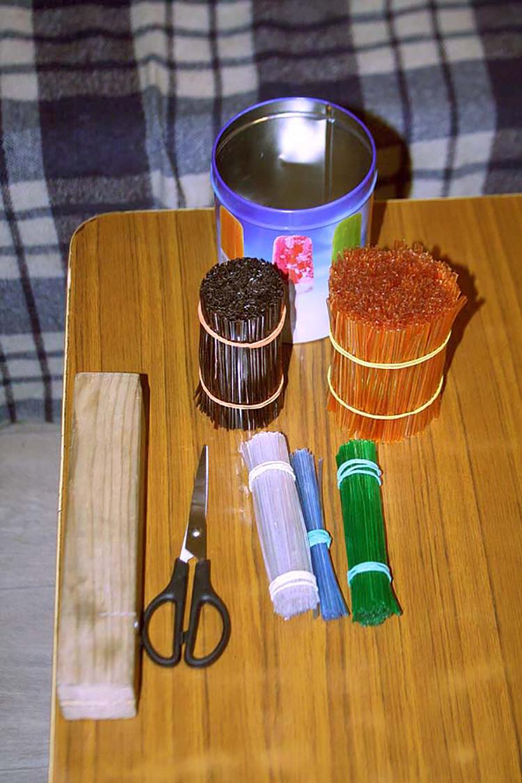Подручные материалы, которые можно использовать для создания подставки для ножей с наполнителем