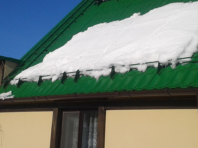 Снегозадержатели равномерно распределяют нагрузку по поверхности кровли