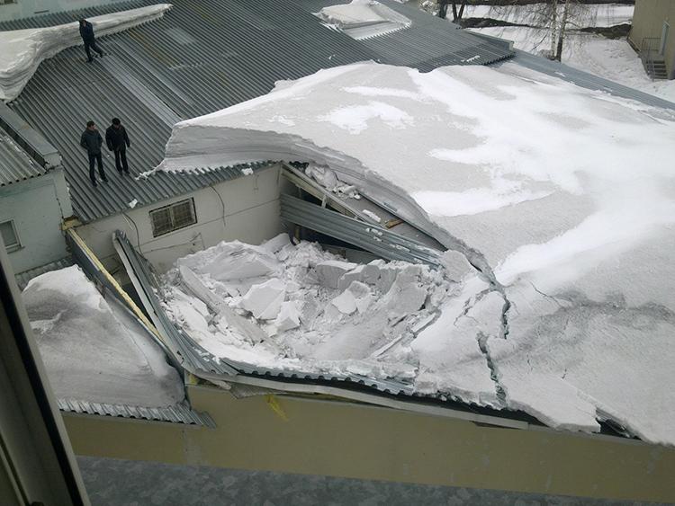 Особенно опасно для ветхих зданий, где изношенные конструкции стропил могут не выдержать тяжесть сугроба