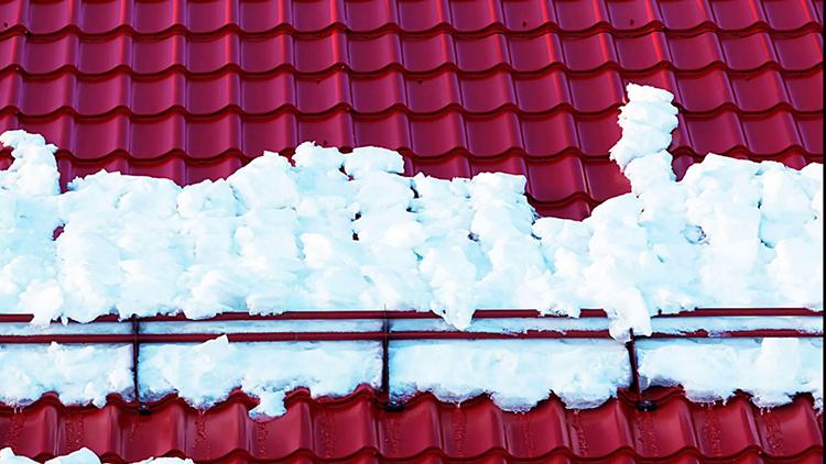 Скаты под 45º и выше обеспечивают самостоятельное соскальзывание снежных масс