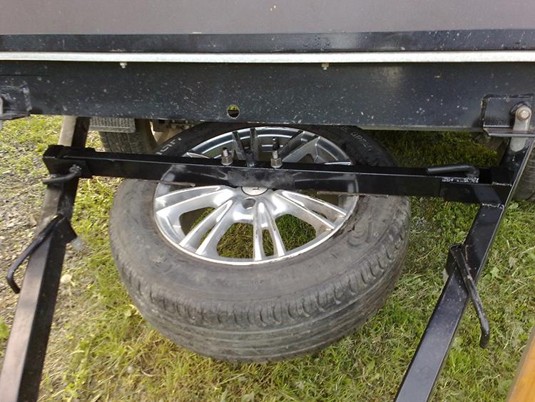 Фиксация запасного колеса может производиться по-разному