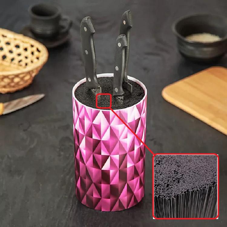 Полимерная щетина более тонкая и гибкая, чем бамбук, обеспечивает лучшую фиксацию ножей