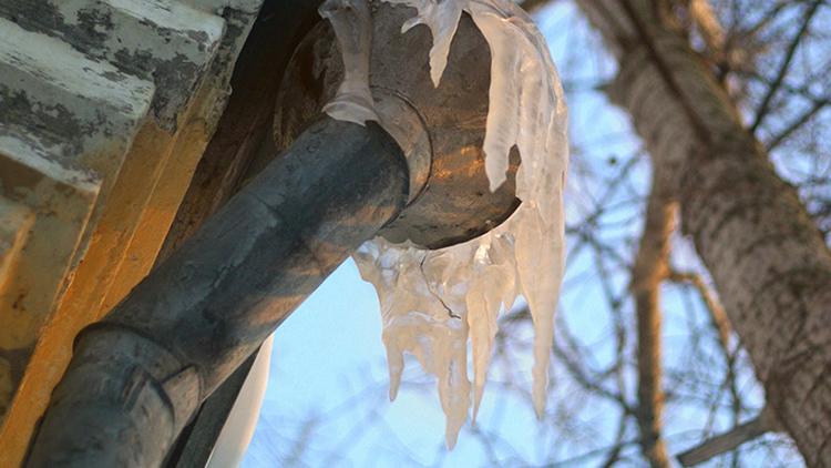 Забитые жестяные трубы не выдерживают тяжесть льда и снега