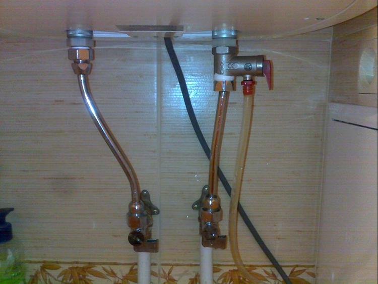 Не хотите возиться с переливанием из тары в канализацию? Соедините клапан и выпуск канализации при помощи гибкой трубки (стальной или пластиковой)