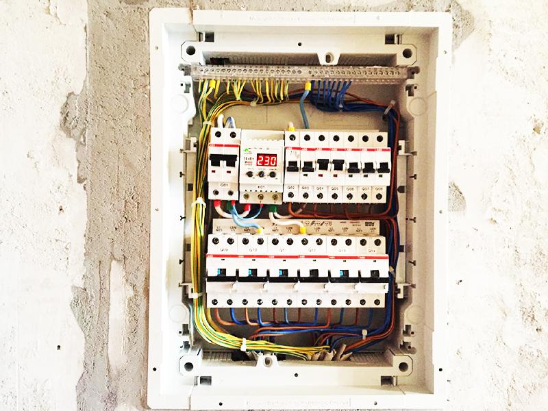 При производстве электромонтажных работ аккуратность очень важна