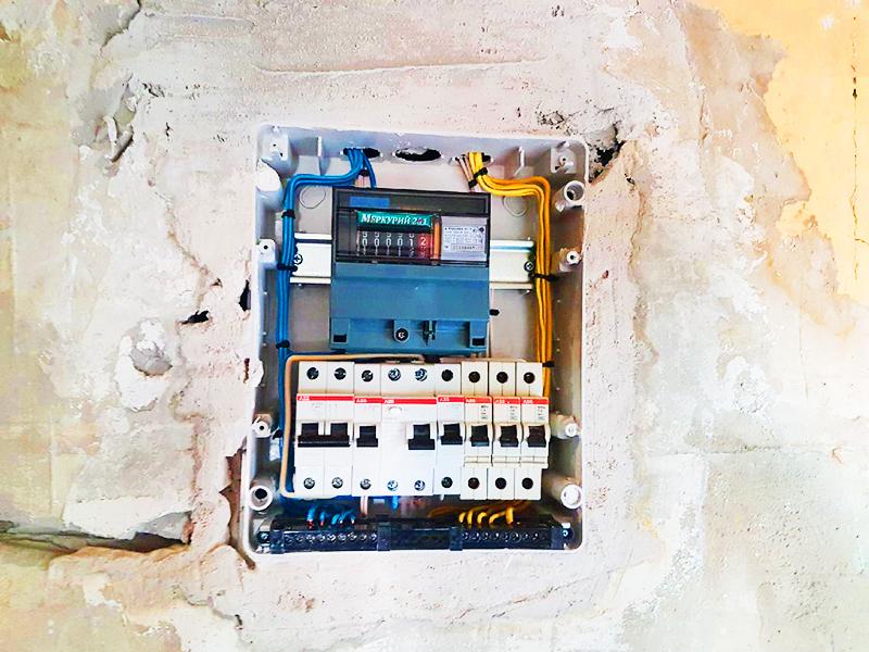 Щиток зафиксирован и подключен, после чего все щели зашпаклёваны