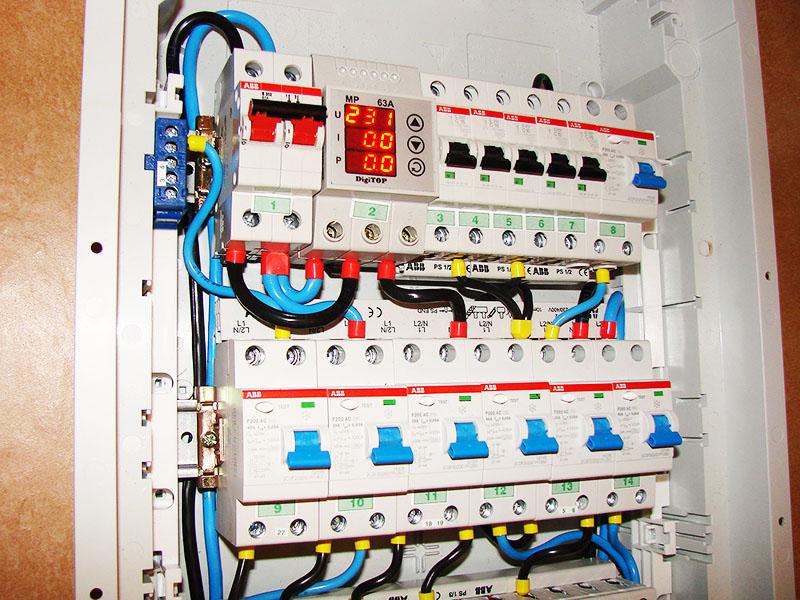 Вводной автомат (слева вверху) подключается в последнюю очередь