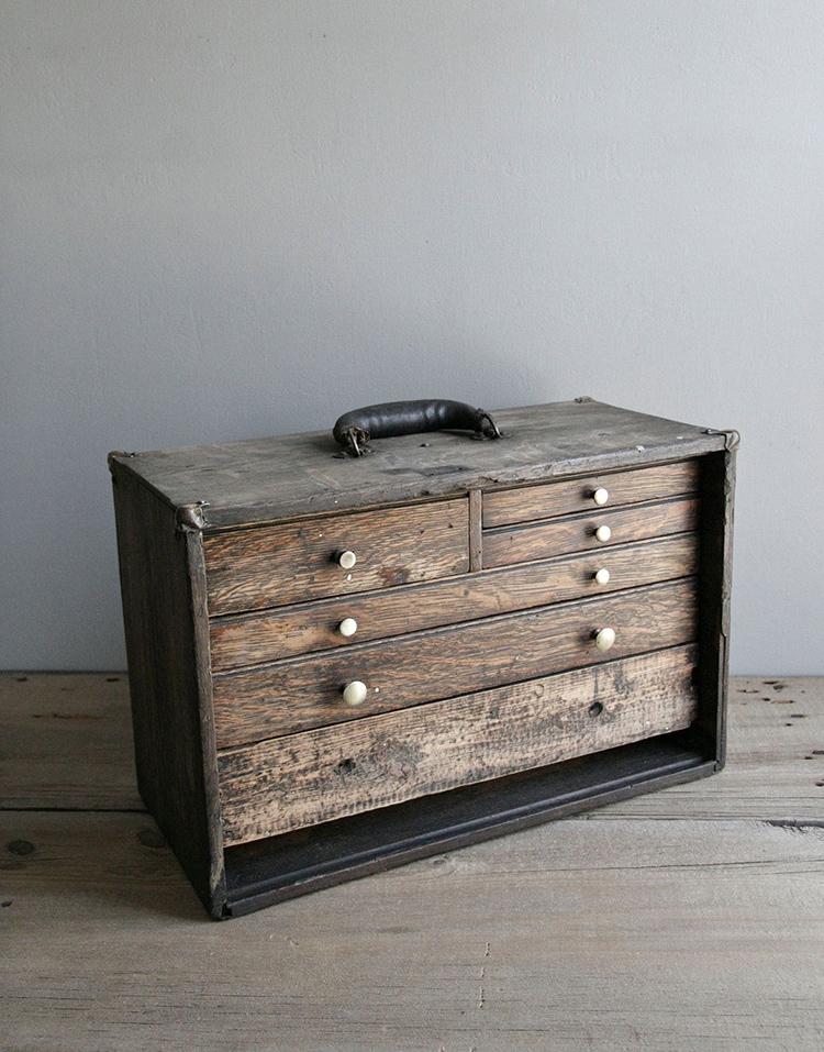 Старинный комод для инструментов столяра выполнен из дерева