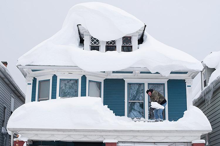 Многоскатные крыши с множеством переходов так же подвержены большим скоплениям снежной массы