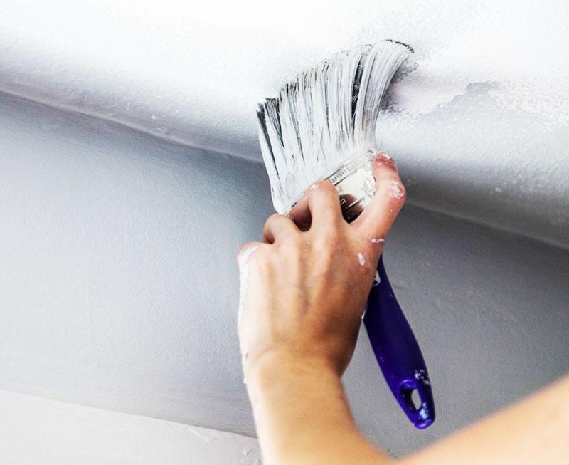 Окрашивание потолка следует начинать с труднодоступных мест