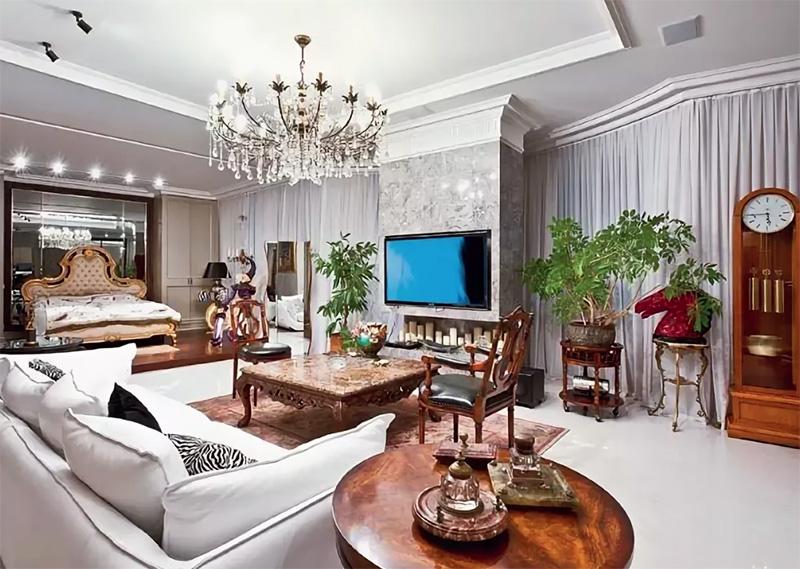 Пол в центре гостиной отделан белоснежным мрамором