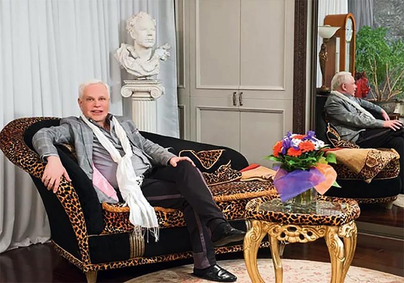 Уголок для переговоров украшает гипсовый бюст Бориса Моисеева