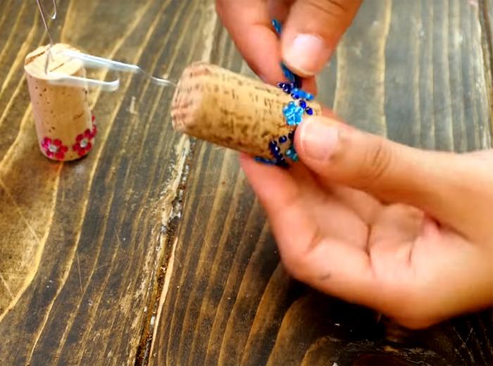 Если есть время и желание, можно украсить подставки с помощью бисерных ленточек или кружева. Закрепите украшение с помощью горячего клея