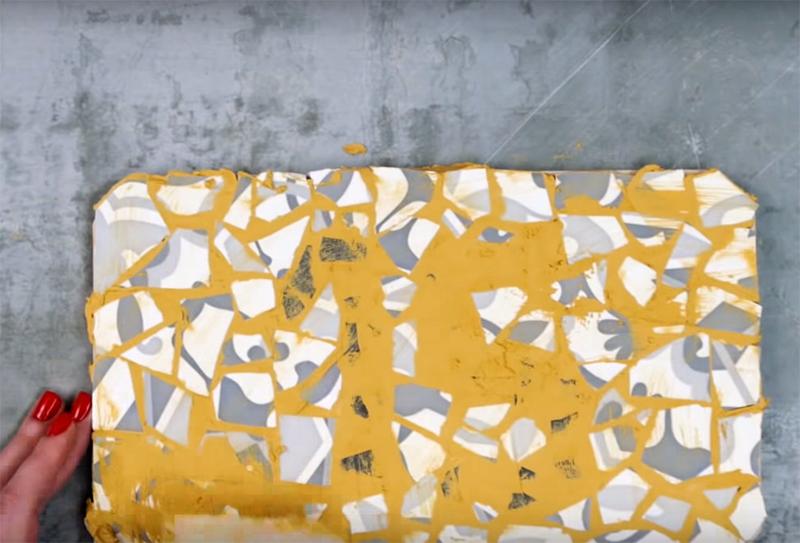 Используйте затирку для керамической плитки при заполнении пустот