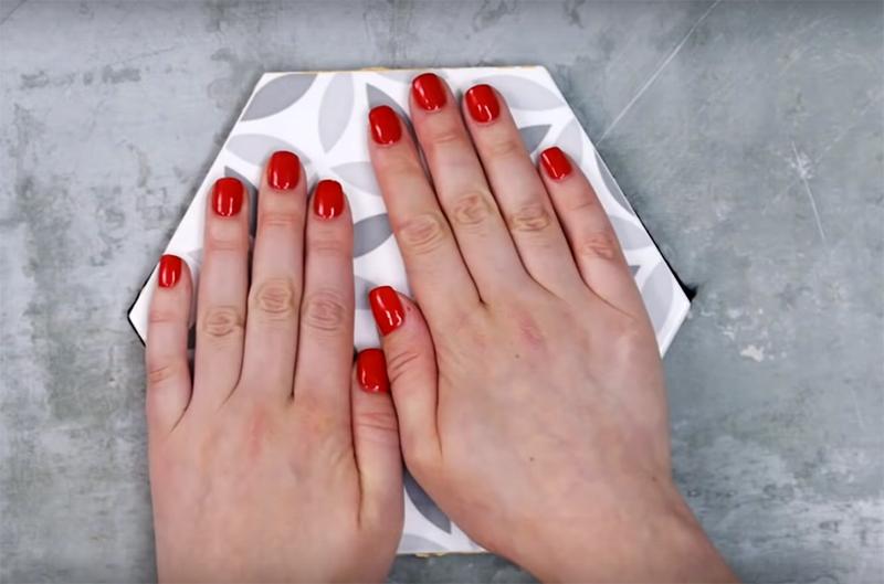 Вырежьте ткань по размерам детали и приклейте к подошве плитки