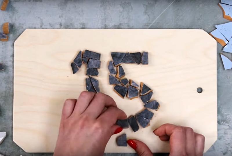 Выложите номер из керамической мозаики и закрепите детали горячим клеем