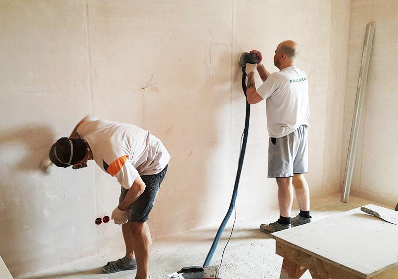 Перед нанесением флоковой штукатурки поверхность стен нужно хорошо подготовить