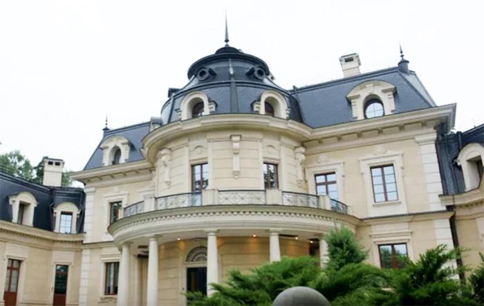 Вид резиденции со двора