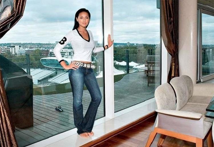 Для отделки балкона выбрана террасная доска, которая дополнена вставками из искусственного газона