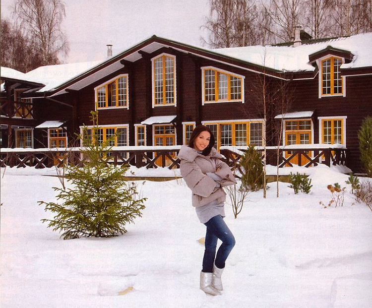 Фасад деревянного дома очень похож на скандинавское шале без цоколя, первый этаж начинается сразу на уровне земли