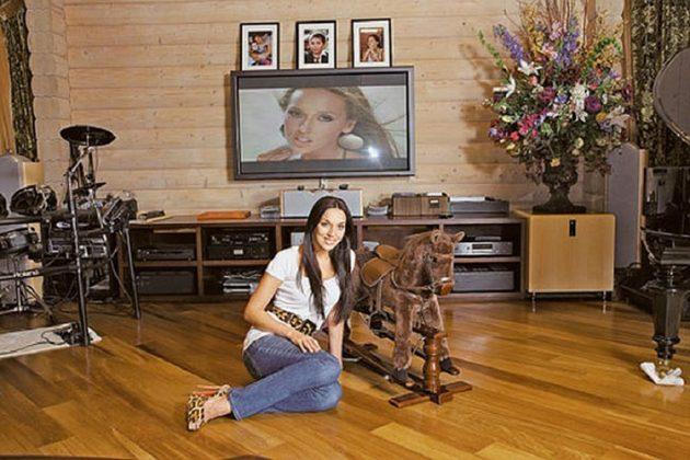 В гостиной особое место занимает небольшая деревянная лошадка как воспоминание о детстве