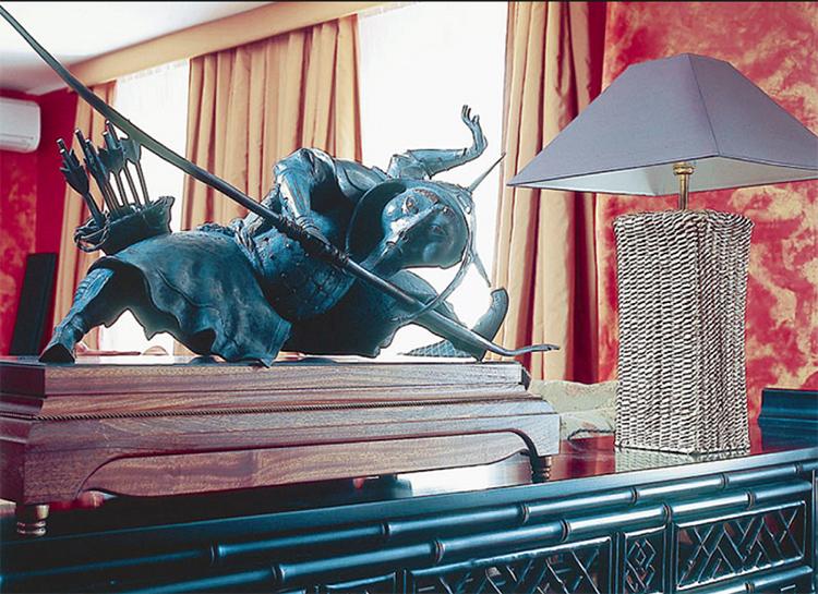 Фигурка самурая удачно дополняет небольшую настольную лампу с джутовой подставкой