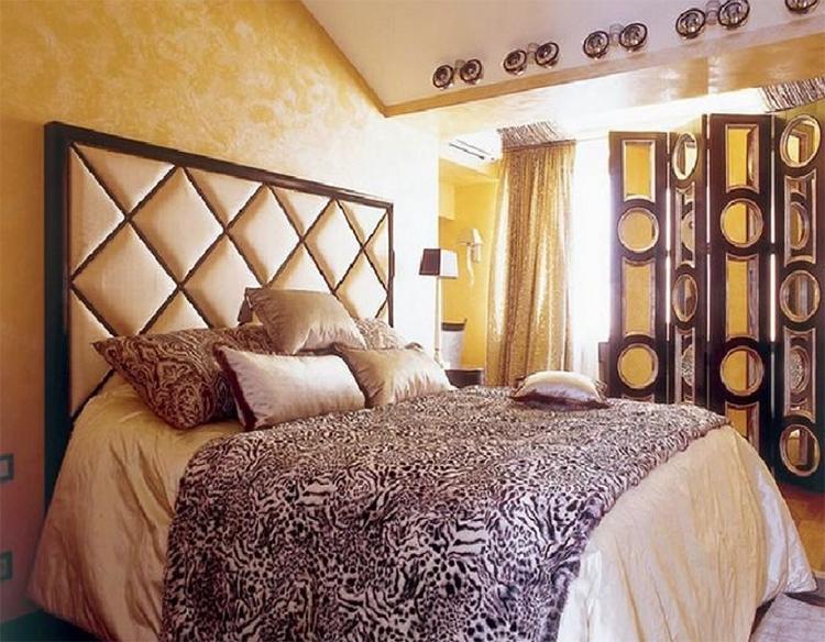 Яркий акцент в спальне Натальи Ионовой – ширма в китайском стиле