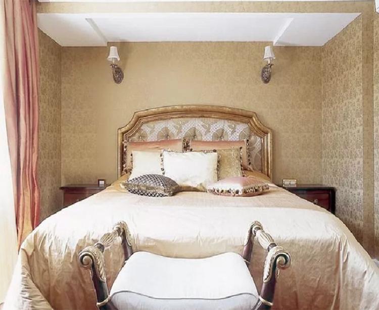 Бра в гостевой спальне закрепили практически под потолком