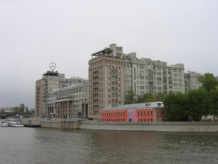 В этом доме на 23 этаже расположена небольшая, но очень уютная квартира Глюкозы