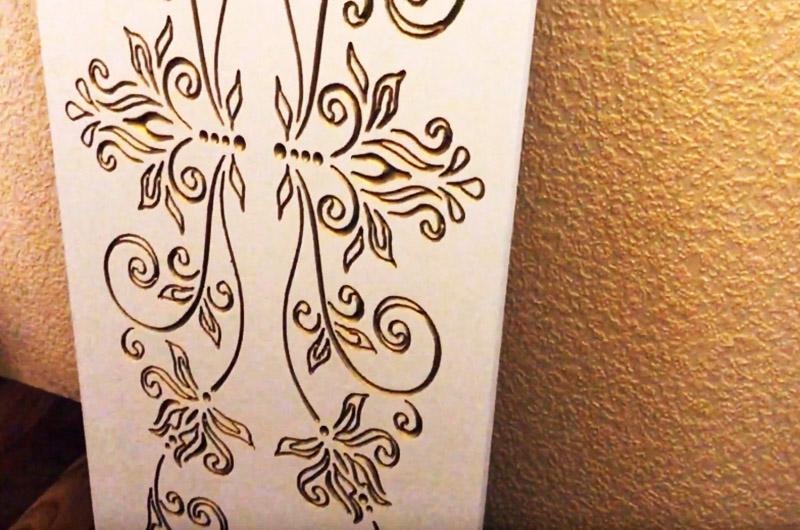 Покрываем выемки золотой краской, для защиты в будущем можно покрыть стол слоем лака или уложить защитное стекло