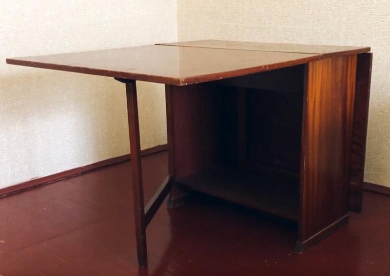 Раскладывающая система довольно удобная. Такой стол можно разложить не полностью, но ещё останется место, чтобы спокойно сесть вдвоем