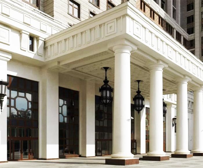 Монументальные колонны украшают центральный вход в элитный комплекс