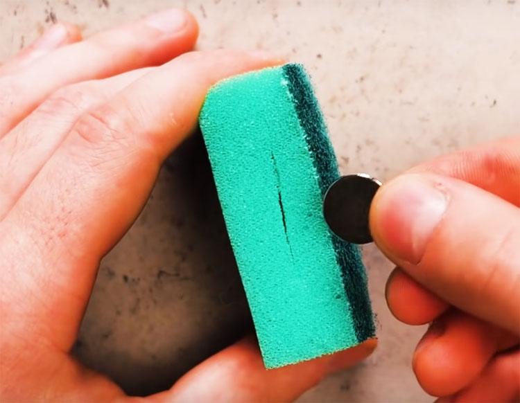 Сделайте в обеих частях прорези в боку губки и вложите в одну небольшой магнит, а в другую – обычную монетку