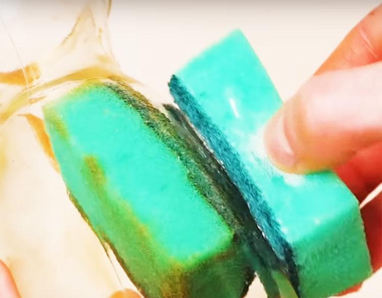 Теперь смело заправляйте часть губки внутрь посуды и, используя магнитные свойства, протирайте стенки