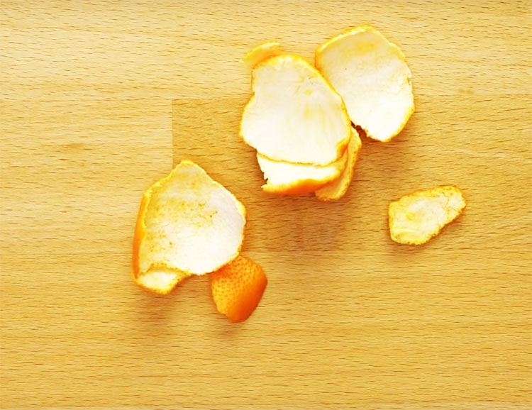 Почистить микроволновку поможет обычная кожура от цитрусовых: мандарина, апельсина или лимона