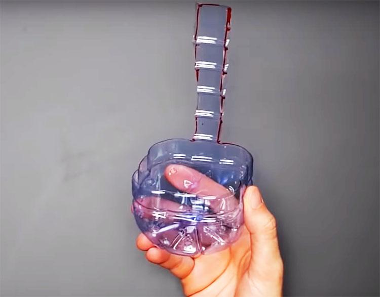Обрежьте бутылку так, чтобы получился импровизированный ковшик с ручкой из того же пластика