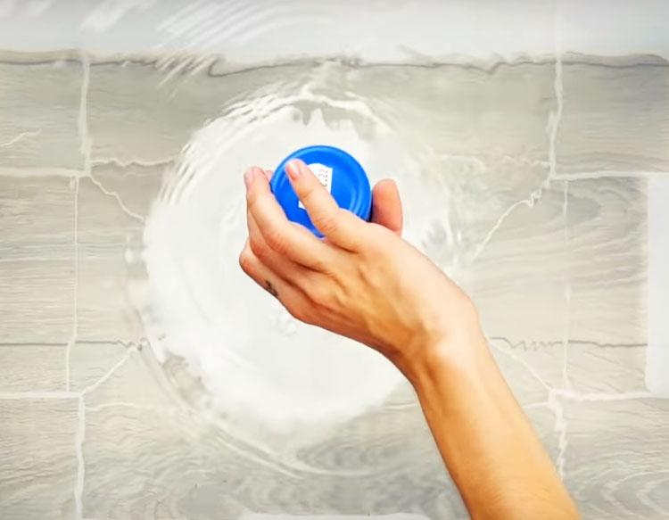 Заполните ёмкость горячей водой и растворите в ней пачку пищевой соды