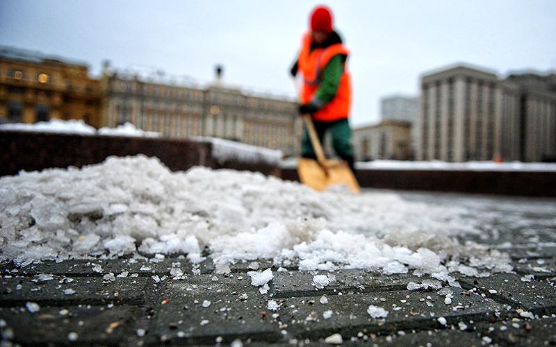 Именно таким способом пользуются коммунальщики, чтобы уменьшить объём снежной массы на дорогах
